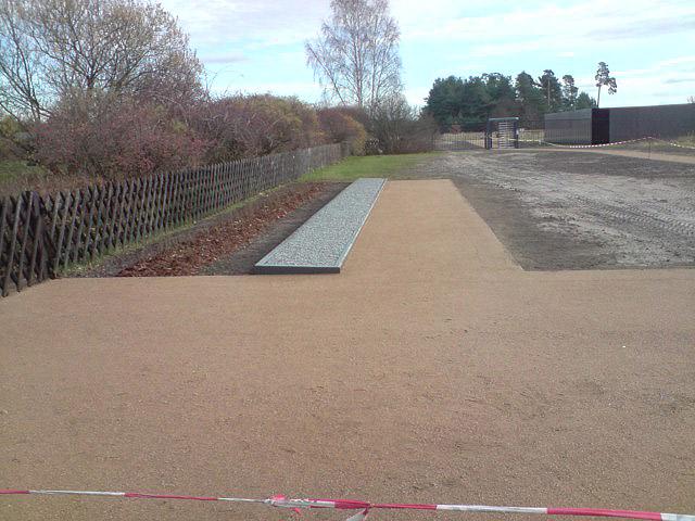 Wassergebundene Wegedecke mit Stahlband eingefasst, Außenanlage Gedenkstätte Sachsenhausen, 2010